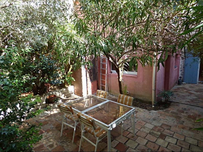 AVIGNON INTRA MUROS: Charmante maison de ville au calme avec cour et terrasse, véritable havre de paix en coeur de ville