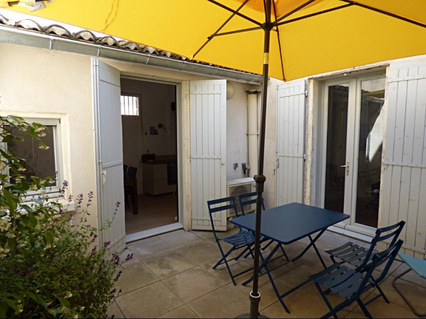 AVIGNON INTRA MUROS: Place Crillon très bel appartement semi climatisé avec terrasse intérieure au premier étage