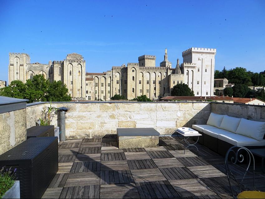 AVIGNON INTRA MUROS: Terrasse avec vue unique sur le Palais des Papes et Avignon.
