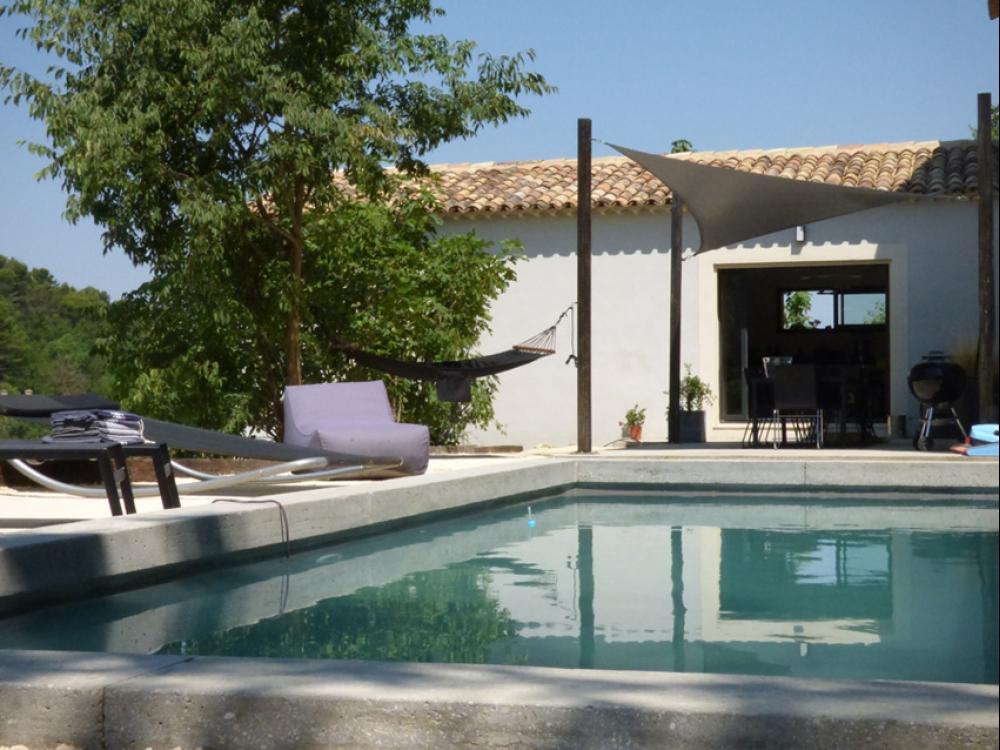 LUBERON - MÉNERBES: Villa moderne climatisée haut de gamme avec piscine