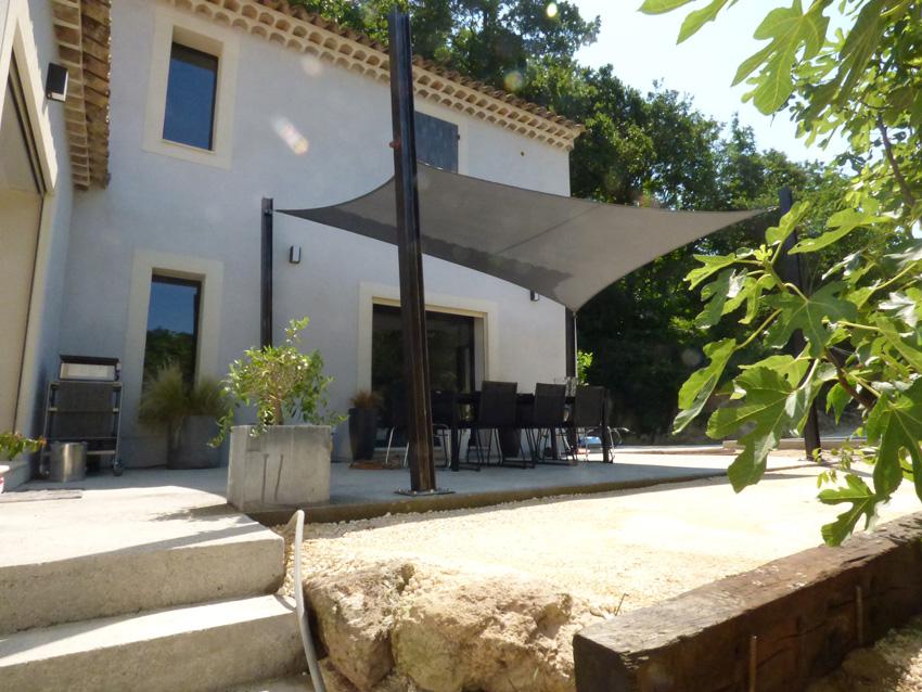 Terrasse ombragée avec plancha et barbecue