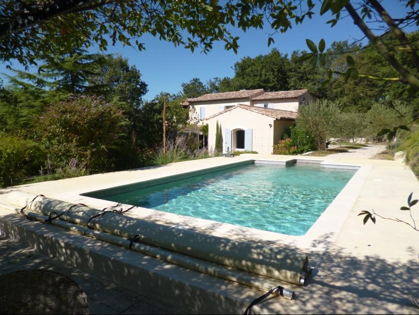 PROCHE AVIGNON: Très belles prestations pour cette propriété avec piscine