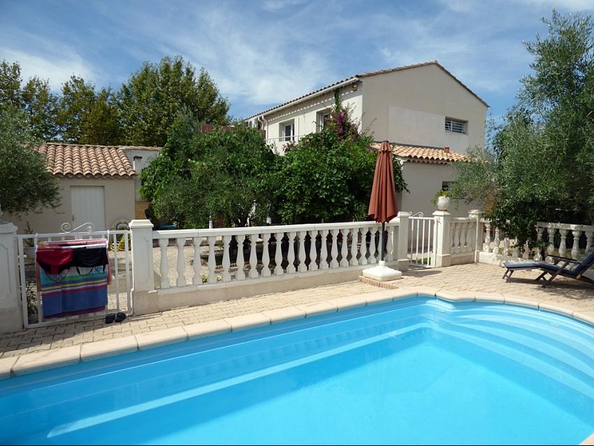 AVIGNON EXTRA MUROS: Villa climatisée avec piscine pour 6 à 8 personnes à 1,3km des remparts