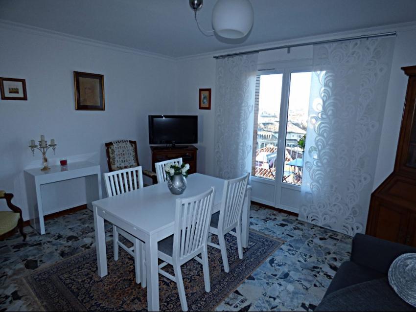 AVIGNON PORTE SAINT LAZARE: Très bel appartement climatisé entièrement restauré avec deux chambres pour 4 personnes
