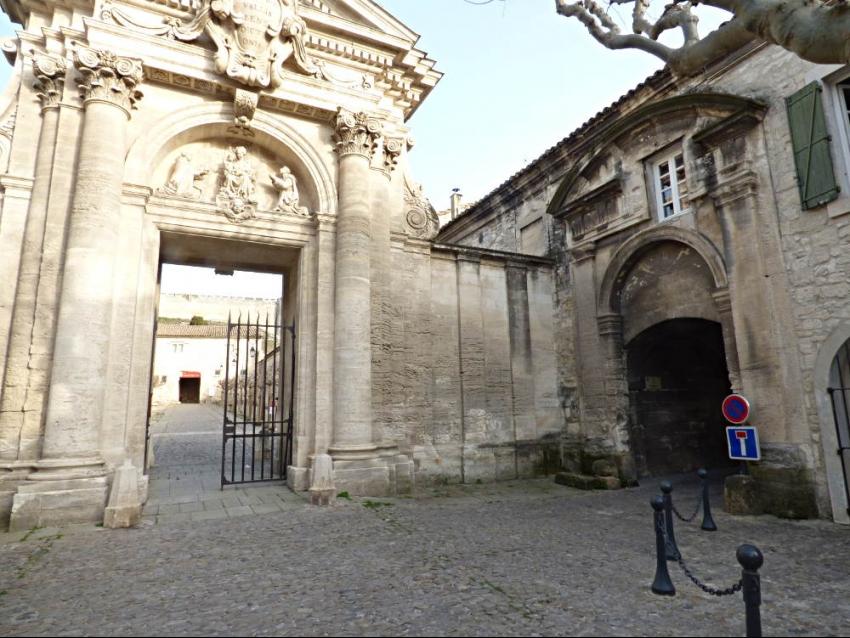 VILLENEUVE LES AVIGNON: Maison de charme pour 4 à 6 personnes sous des voûtes de la Chartreuse du Val de Bénédiction
