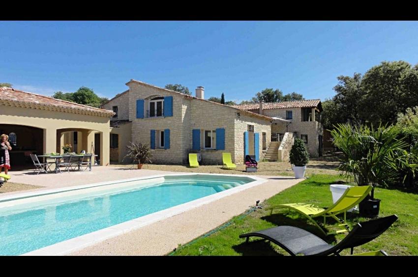 LUBERON: Saint Saturnin les Apt, belle propriété haut de gamme, climatisée, au calme, avec piscine et vue sur le Luberon