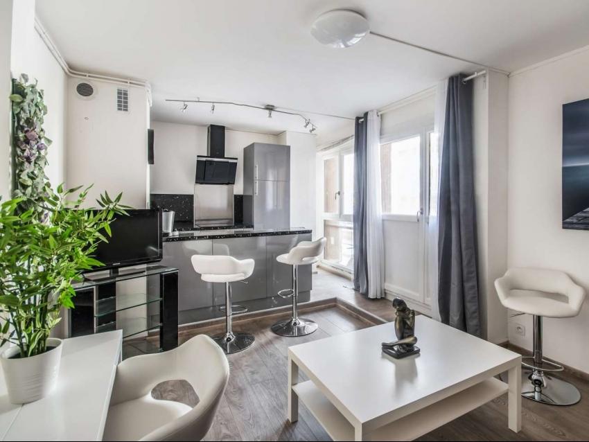 AVIGNON INTRA-MUROS Très bel appartement sécurisé, lumineux et refait à neuf