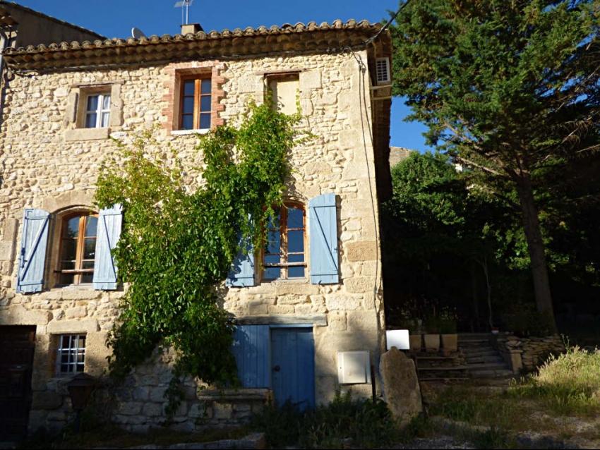 LUBERON - ROBION: Au coeur du vieux village, dans le Parc Naturel du Luberon, charmante maison ancienne en pierre avec terrasse en extérieur de plain pied