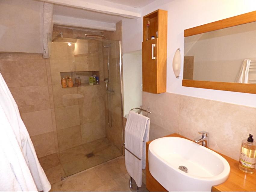 location-luberon-robion-salle de bain-douche à l'italienne- vasque