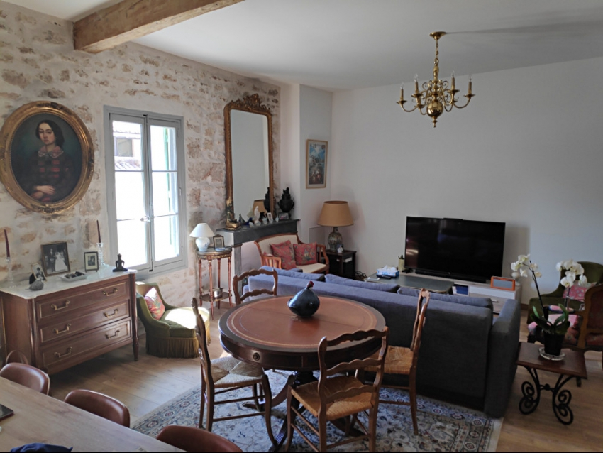 AVIGNON INTRA MUROS : Magnifique appartement climatisé refait en 2019 avec terrasse et au calme