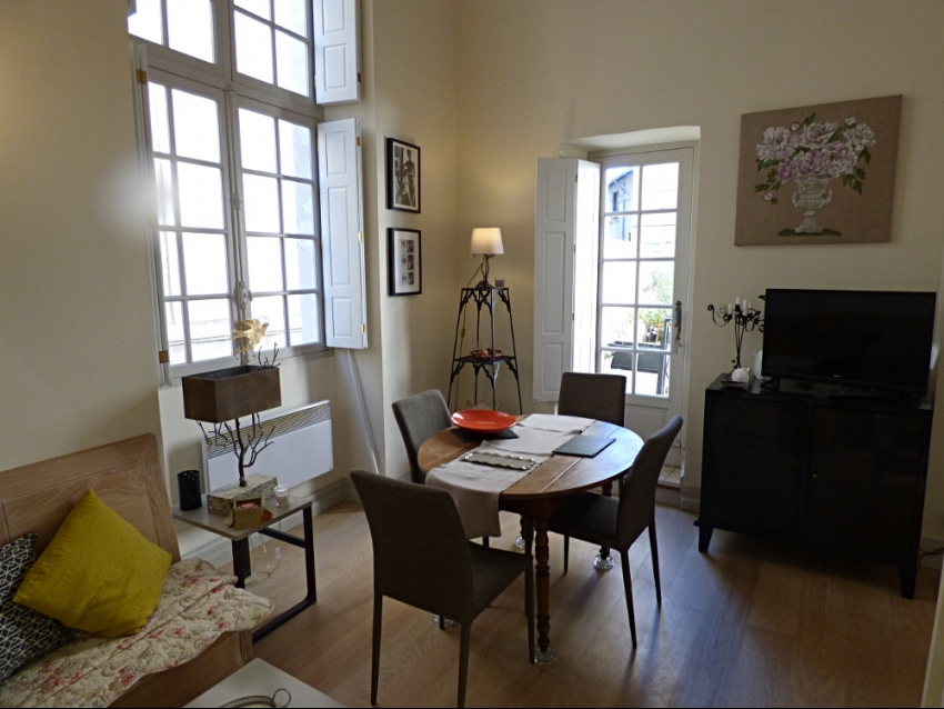 AVIGNON INTRA MUROS: Charmant et lumineux studio en duplex dans un magnifique Hôtel Particulier