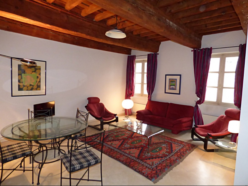 AVIGNON INTRA MUROS: Bel appartementde charme et tout confort en hyper centre et au calme d'une petite place